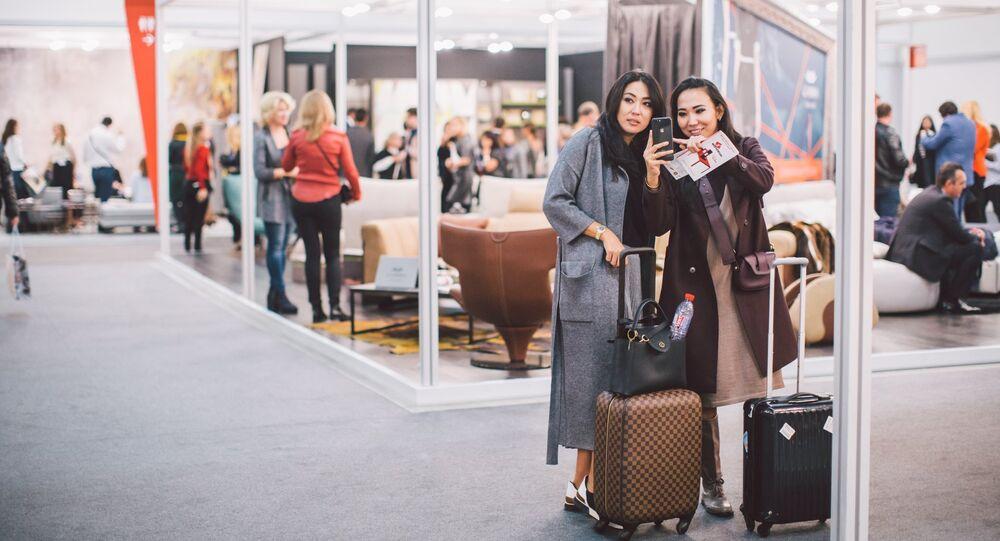 Due visitatrici al Salone del Mobile Milano.Mosca, edizione 2017