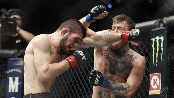 Российский боец Хабиб Нурмагомедов во время боя с ирландцем Конором Макгрегором за титул чемпиона UFC в легком весе - Sputnik Italia
