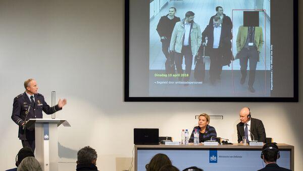 Il capo dell'Intelligence militare olandese Onno Eichelsheim, il ministro della Difesa olandese Ank Bijleveld e l'ambasciatore britannico Peter Wilson presenti alla conferenza stampa del Servizio di sicurezza e Intelligence militare olandese all'Aia, Paesi Bassi, il 4 ottobre 2018. - Sputnik Italia
