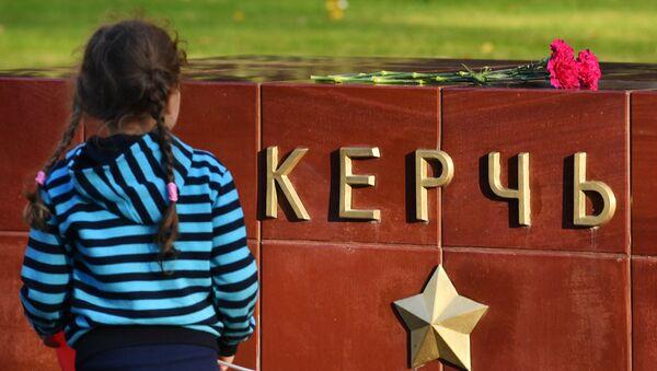 Deposizione dei fiori alla lapide dedicata alla città eroina di Kerch in Piazza Rossa dopo la tragedia nella scuola superiore avvenuta il 17 ottobre a Kerch - Sputnik Italia