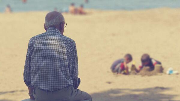 Пожилой мужчина на пляже - Sputnik Italia