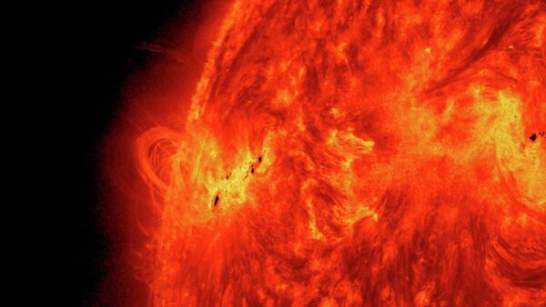 A massive solar flare erupts on May 15, 2013 as the Sun ramps up to peak solar activity. - Sputnik Italia