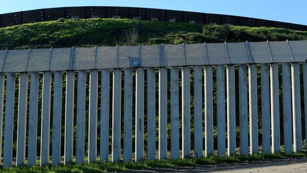 Il muro di separazione tra USA e Messico - Sputnik Italia