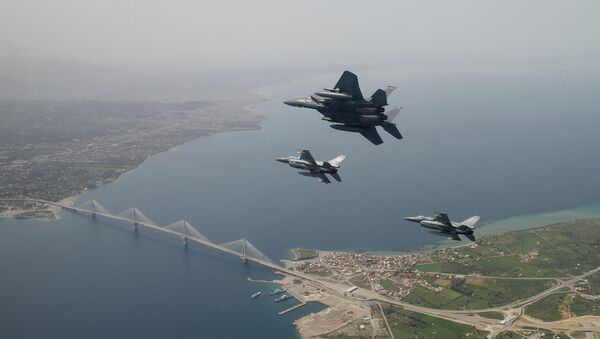 In this photo released by the Hellenic Air Force, two Greek F-16 fighter jets and a USAF F-15E Strike Eagles, based at Lakenheath airbase in England, fly past the 2,880-meter Rio-Antirrio Bridge in southern Greece, on Wednesday, April 13, 2016. The U.S. jets took part in Exercise Iniohos 2016, in southern Greece, together with military aircraft from Greece and Israel. - Sputnik Italia