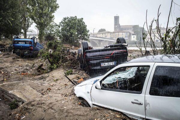 Le auto danneggiate durante l'innondazione a Trebes, Francia. - Sputnik Italia