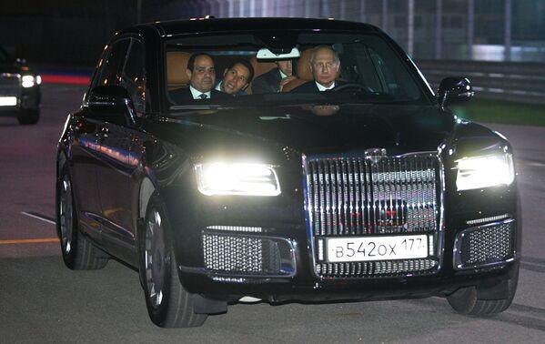 Il presidente russo Vladimir Putin e il presidente egiziano visti nell'auto Aurus del corteggio del presidente russo. - Sputnik Italia