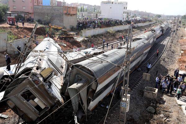 Il personale di sicurezza stanno al sito dell'incidente con un treno a Sidi Bouknadel, Morocco. - Sputnik Italia