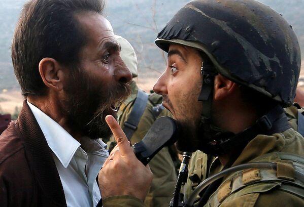 Un palestinese litiga con un soldato israeliano durante gli scontri nei pressi di Nablus. - Sputnik Italia