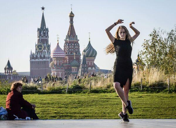 Una ragazza balla al parco Zaryadye a Mosca. - Sputnik Italia
