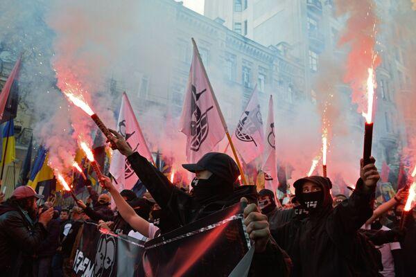 I partecipanti alla marcia dei nazionalisti per il 76-o anniversario della creazione dell'Esercito insurrezionale ucraino a Kiev. - Sputnik Italia