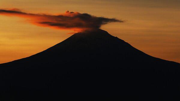 Fumo sopra il vulcano Popocatepetl in Messico - Sputnik Italia