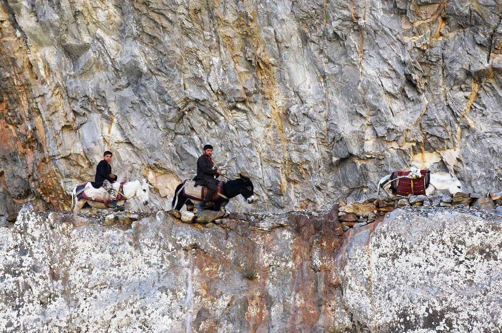 Una carovana afgana al confine tra Afghanistan e Tagikistan lungo il fiume Pamir