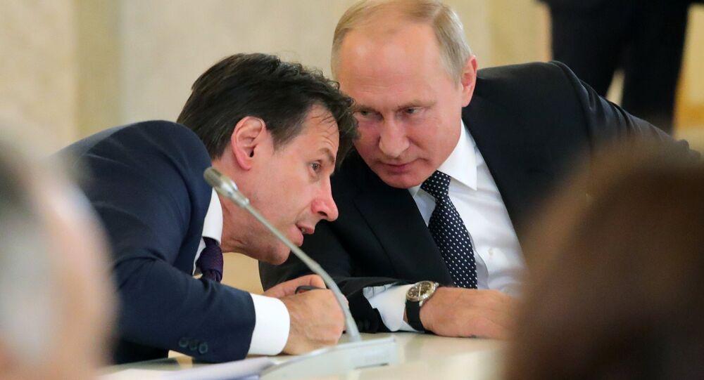 L'incontro tra Giuseppe Conte e Vladimir Putin (foto d'archivio)