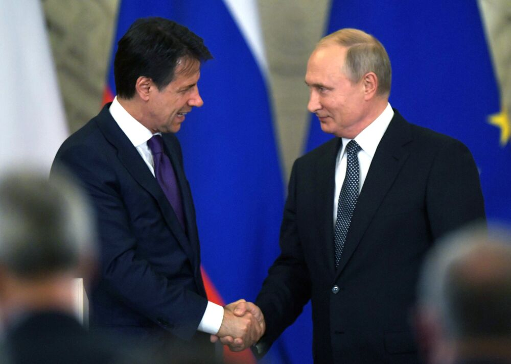 L'incontro tra il premier italiano Giuseppe Conte e il presidente russo Vladimir Putin