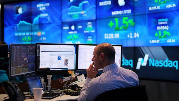 A trader works at the Nasdaq MarketSite in New York - Sputnik Italia