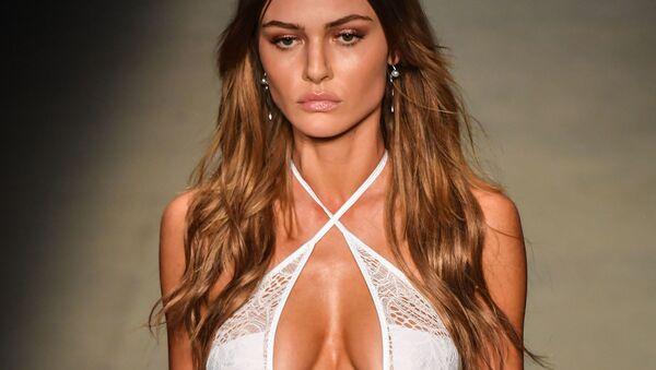 Sangue caldo: sfilata in bikini alla Settimana della moda di San Paolo. - Sputnik Italia