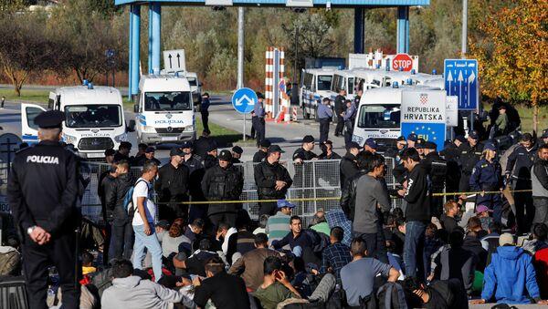 Migranti al confine tra Bosnia-Erzegovina e Croazia - Sputnik Italia