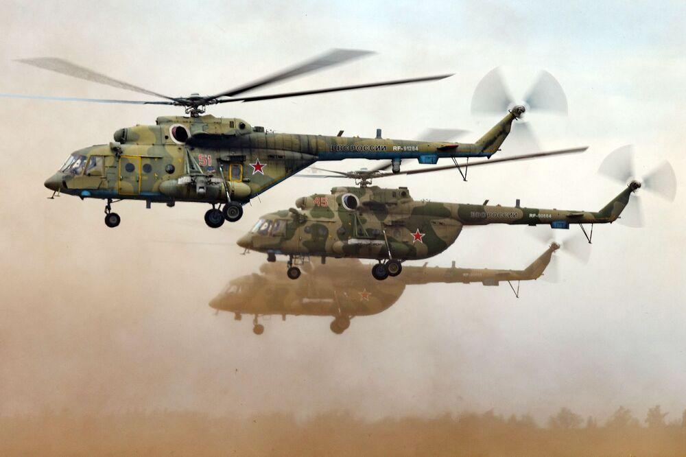 Gli elicotteri Mi-8 al poligono Tsugol.