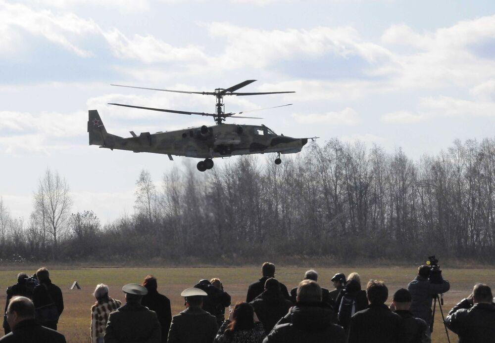 L'elicottero d'attacco Ka-50 Squalo Nero si esibisce al poligono Progress ad Arsen'ev, Russia.