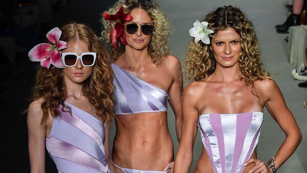 Modelle presentano dei costumi da bagno da Amir Slama durante il Sao Paulo Fashion Week, Brasile. - Sputnik Italia