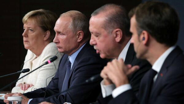 German Chancellor Angela Merkel, Russian President Vladimir Putin, Turkish President Tayyip Erdogan and French President Emmanuel Macron attend a news conference at the Syria summit in Istanbul, Turkey, October 27 2018. - Sputnik Italia
