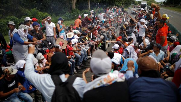 Central American migrants, who are part of a caravan of migrants trying to reach the United States, hitchhike on a truck along the highway as they continue their journey in Tapachula, Mexico October 22, 2018 - Sputnik Italia