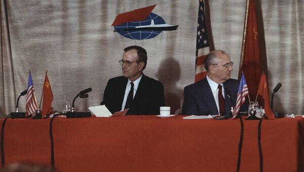 L'incontro tra Mikhail Gorbaciov e George Bush a Malta - Sputnik Italia