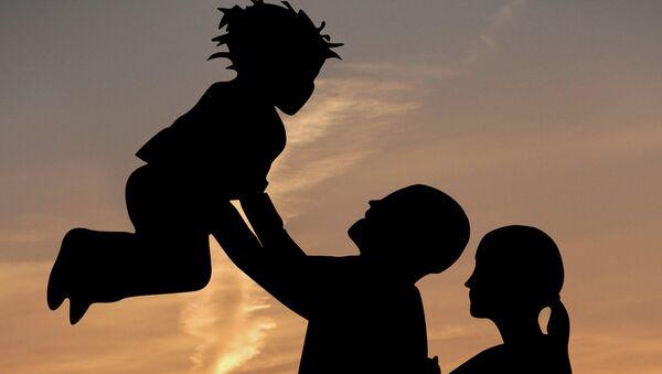 Родители с ребенком - Sputnik Italia