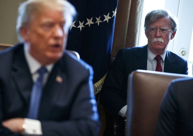 Il consigliere per la sicurezza John Bolton ascolta il presidente Donald Trump durante un incontro alla Casa Bianca