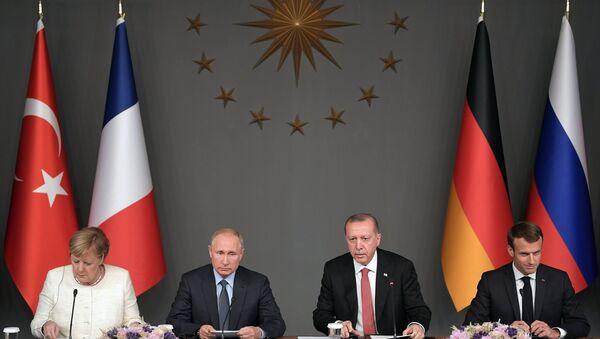 Il presidente russo Vladimir Putin, la cancelliera della Germania Angela Merkel, il presidente turco Recep Tayyp Erdogan e il presidente francese Emmanuel Macron durante la conferenza stampa congiunta al termine della riunione sulla crisi siriana - Sputnik Italia