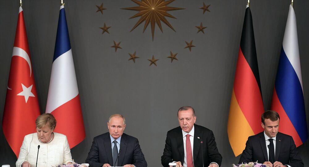 Il presidente russo Vladimir Putin, la cancelliera della Germania Angela Merkel, il presidente turco Recep Tayyp Erdogan e il presidente francese Emmanuel Macron durante la conferenza stampa congiunta al termine della riunione sulla crisi siriana
