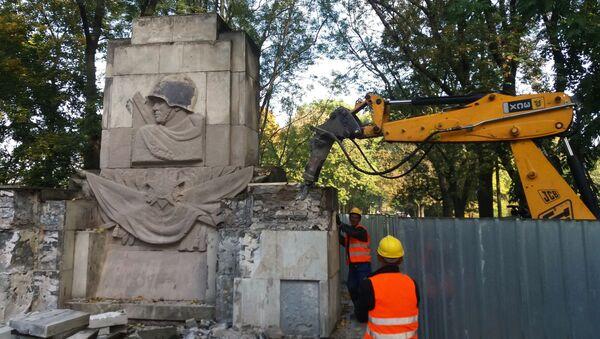 Varsavia, monumento ai caduti sovietici demolito - Sputnik Italia