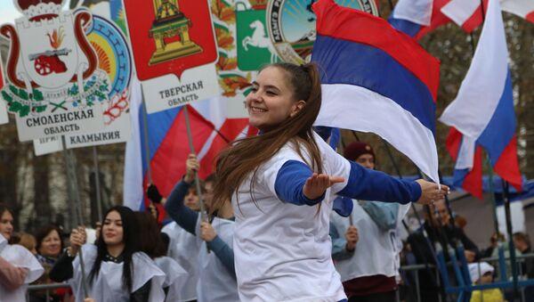 Участникитеатральной постановки с выносом 85 гербов субъектов России на праздновании Дня народного единства в Симферополе - Sputnik Italia