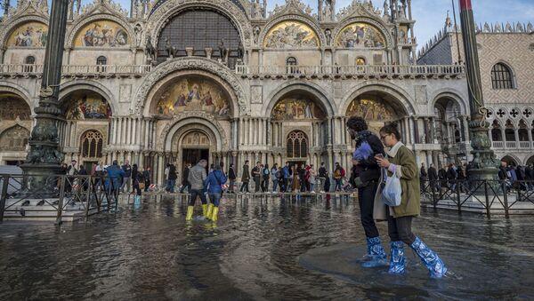 La gente sta in piazza San Marco affondata a Venezia. - Sputnik Italia