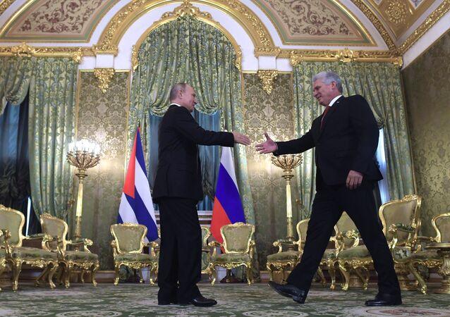 L'incontro tra il presidente cubano Miguel Diaz-Canel e il presidente russo Vladimir Putin