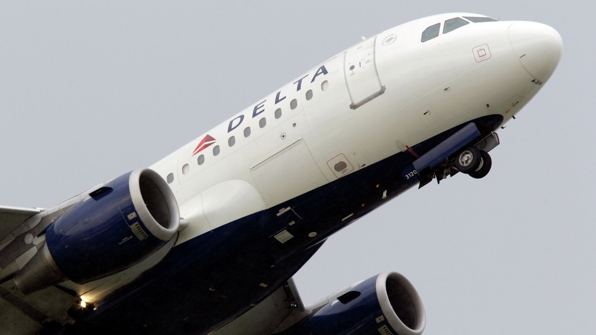 Delta airlines jet takes off at the Detroit Metropolitan Airport in Romulus, Mich. Delta spokesperson Brian Kruse stressed that the airlines does not condone discrimination of any kind.   - Sputnik Italia, 1920, 05.06.2021