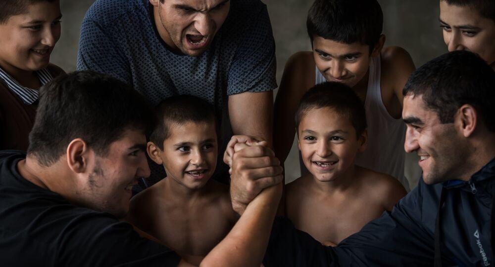 Giochi e scommesse tra ragazzi in un villaggio del DAGHESTAN