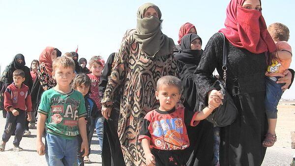 Siriani attraversano il corridoio umanitario - Sputnik Italia