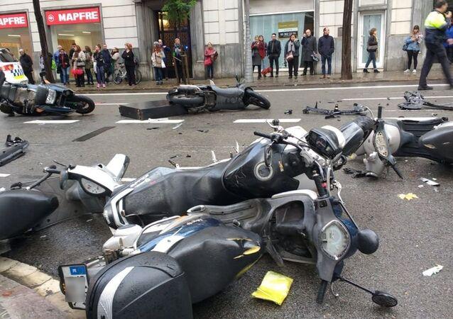 Macchina invade un marciapiede a Barcellona investendo diversi pedoni e trascinando motociclette parcheggiate