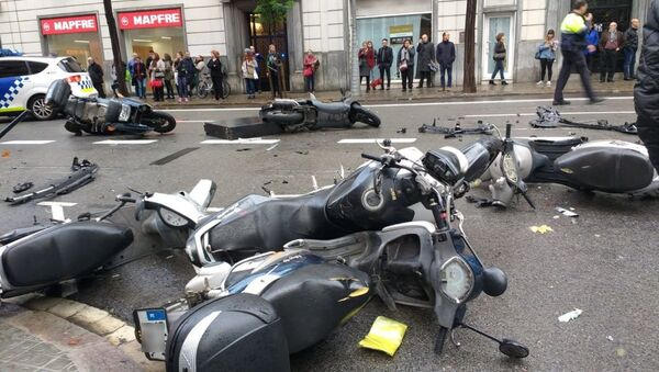 Macchina invade un marciapiede a Barcellona investendo diversi pedoni e trascinando motociclette parcheggiate - Sputnik Italia