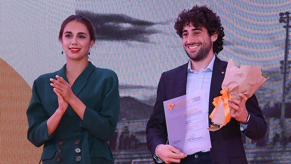 Andrea Alai premiato dalla campionessa olimpica di ginnastica Margherita Mamun - Sputnik Italia