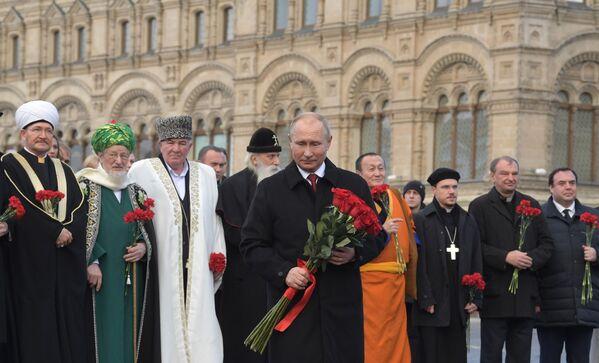 Il presidente russo Vladimir Putin partecipa alle celebrazioni in occasione della Giornata dell'Unità nazionale posando una corona di fiori al monumento di Minin e Pozharsky, Mosca. - Sputnik Italia