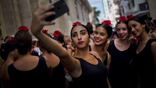 Танцовщицы фламенко делают селфи в дни Международного фестиваля балета в Гаване, Куба - Sputnik Italia