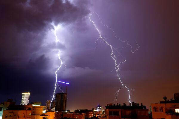 Dei fulmini durante una tempesta a Netanya, Israele. - Sputnik Italia