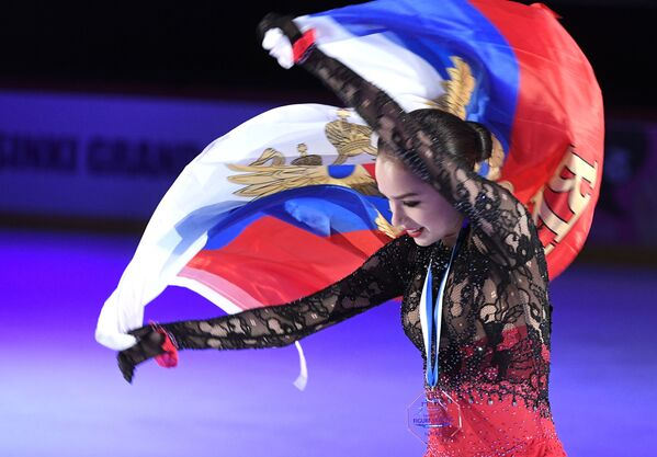 Alina Zagitova dopo aver vinto l'oro nell'individuale femminile, Helsinki. - Sputnik Italia