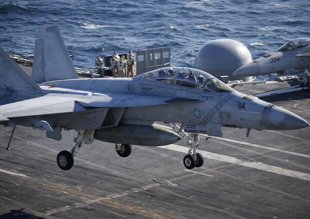 Cacciabombardiere F/A-18 della marina militare degli Stati Uniti
