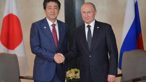 Il presidente russo Vladimir Putin e il primo ministro giapponese Shinzo Abe - Sputnik Italia