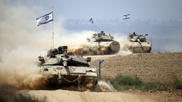 Israeli Merkava tanks roll near the border between Israel and the Gaza Strip as they return from the Hamas-controlled Palestinian coastal enclave on August 5, 2014 - Sputnik Italia