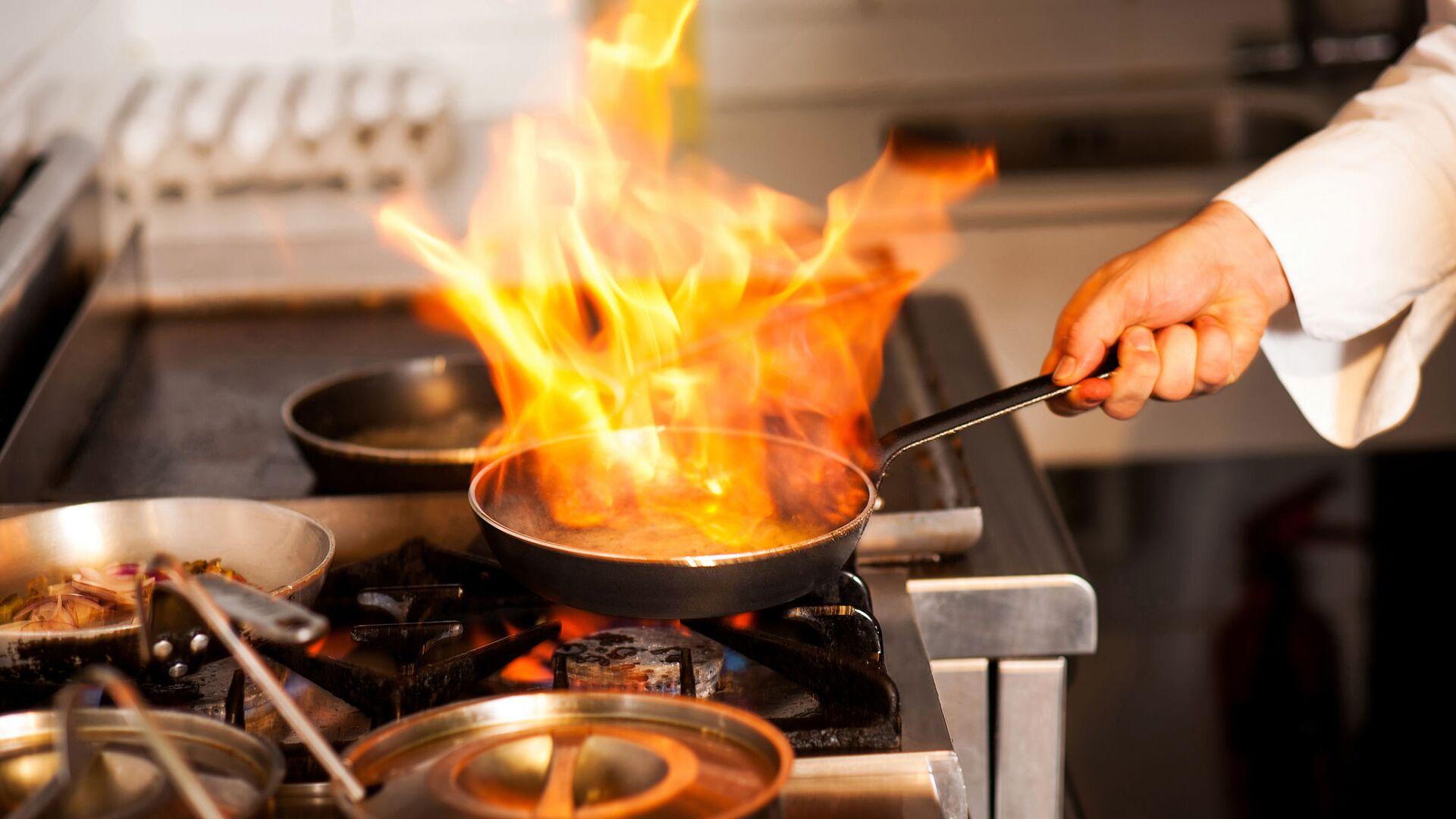 Шеф-повар на кухне ресторана - Sputnik Italia, 1920, 06.07.2021