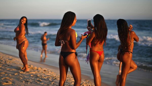 Ragazze in una spiaggia a Rio de Janeiro, Brasile. - Sputnik Italia